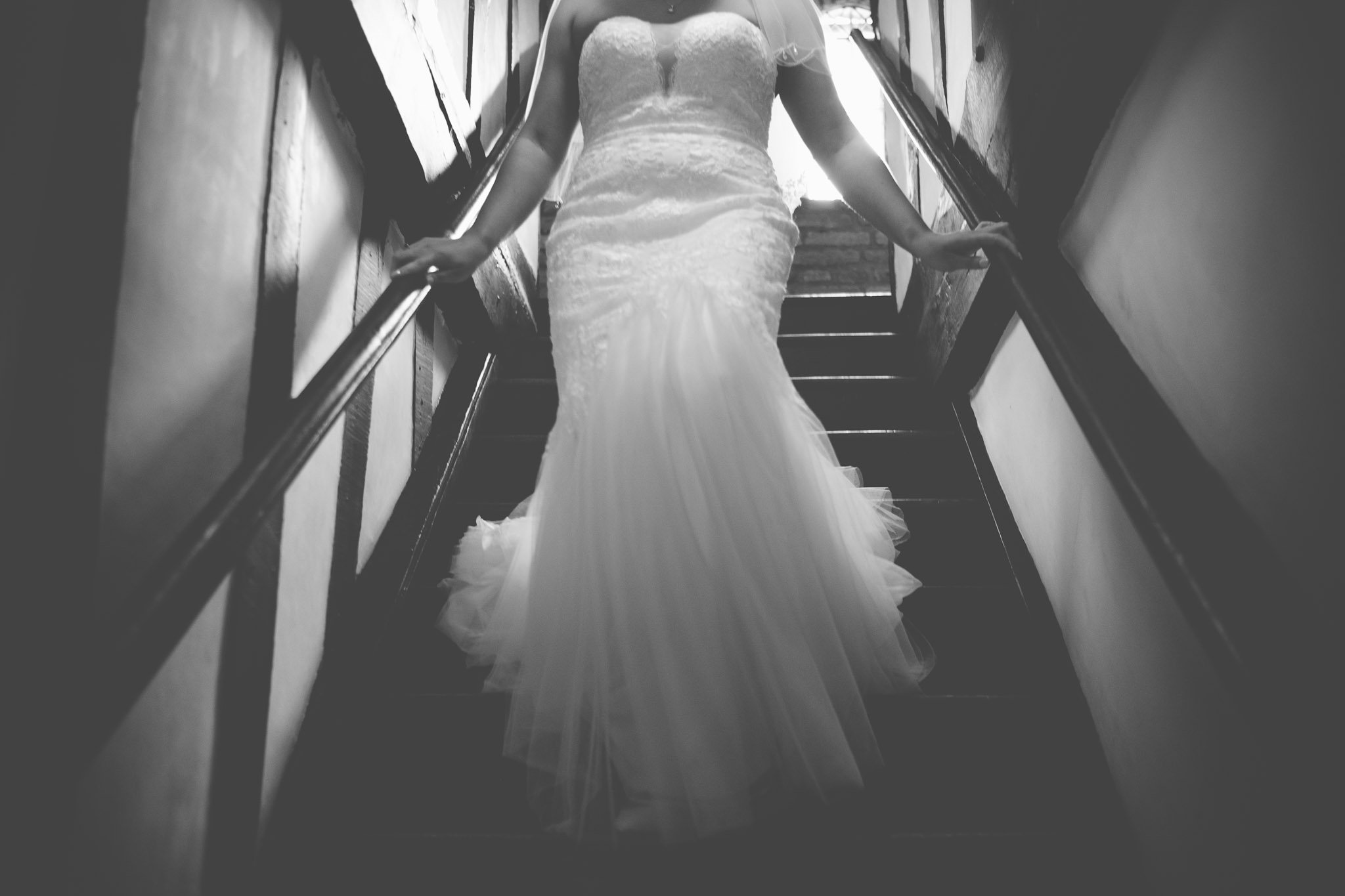 Bride walking down stairs at Leez Pirory Wedding. Photography by thatthingyoupluck.
